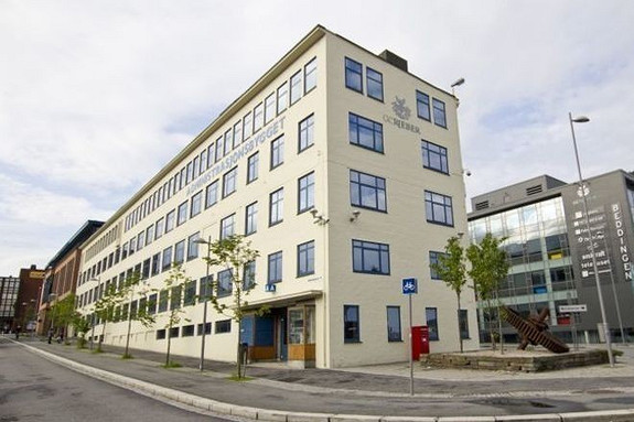 Administrasjonsbygget - lokalene ligger i front av bygget