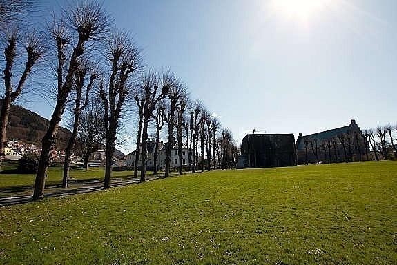 Like ved ligger Bergenhus Festning med store grøntarealer.