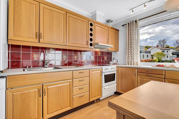 Hovedplan - kjøkkeninnredning med profil, laminat benkeplate