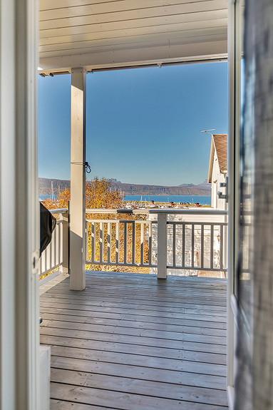 Balkong med utsikt mot småbåthavna