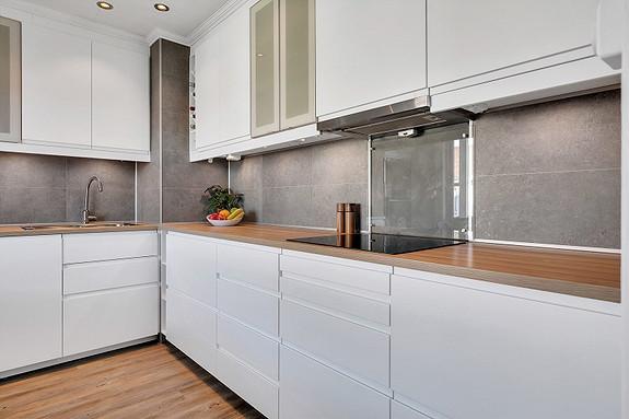 Kjøkkeninnredning med lyse, slette overflater