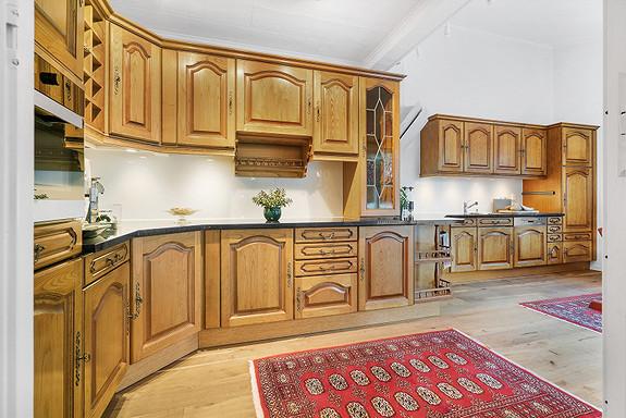 Kvalitetskjøkken fra Arthur Bonnet, satt opp i 1990. I 2014 ble det montert nye benkeplater av slipt og polert naturstein, samt ny avtrekksvifte, oppvaskmaskin, steikeovn m/ topp, kjøleskap, kjølerom og nye glassplater over kjøkkenbenk.