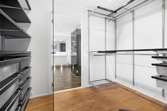 Det ble også etablert walk-in closet i tilknytning til badet.