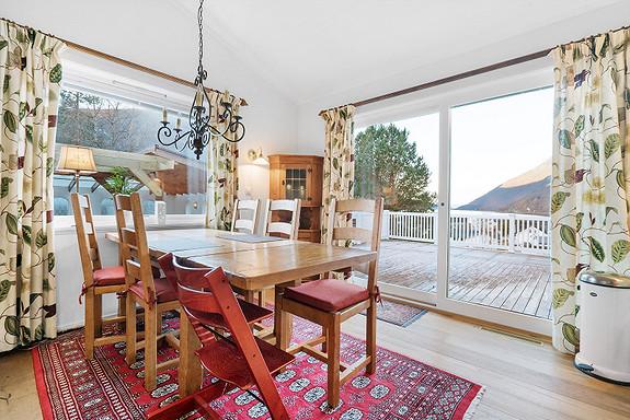 Skyvedør fra kjøkken og ut til stor veranda.