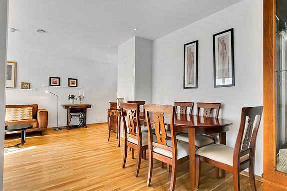Stue med plass for spisegruppe