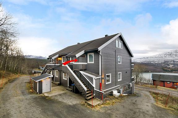 Adkomst til leiligheten via trapp i bakkant av boligen