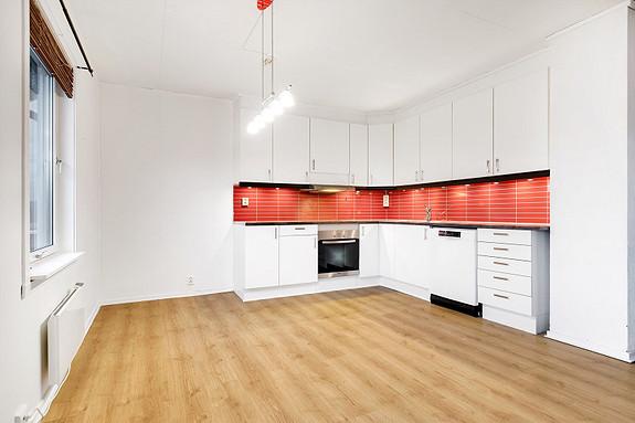 Kjøkken med plass for møblering av spisegruppe