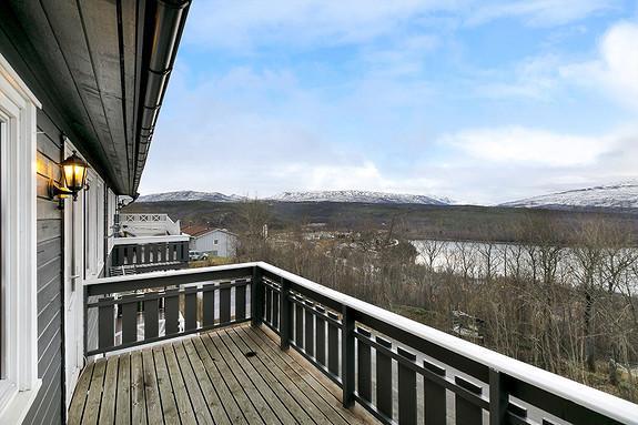 Balkong med utsikt mot sjø og fjell