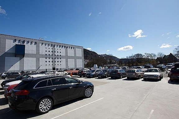 God parkeringsdekning på området. Bildet viser parkering på tak.