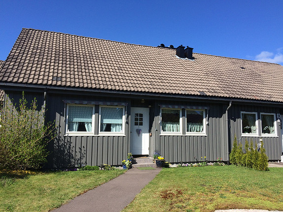 Pent rekkehus med 3 soverom, uteplass og garasje i Stokke. Leies  ut i 1 år.