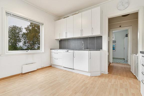 1. etasje - Kjøkkeninnredning med hvite slette fronter