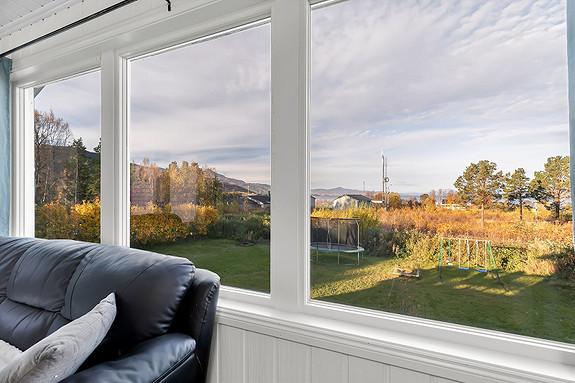 Herfra kan du ha kontroll på barna som leker i hagen - God utsikt fra stuen mot den store hagen og Ofotfjorden