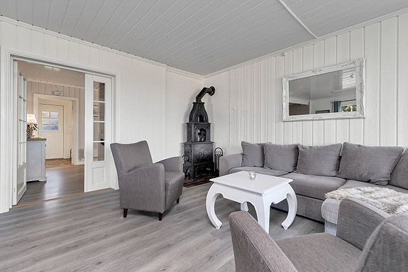 Fra hall kommer du inn i ei romslig stue som har plass til flere møbleringsmuligheter!