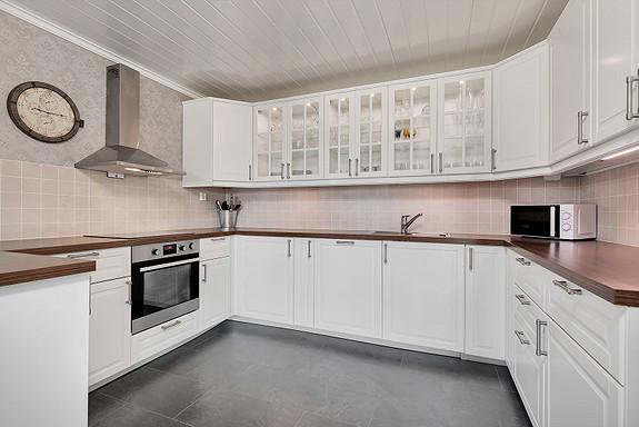 Kjøkken med åpen løsning mot stue i moderne utførelse