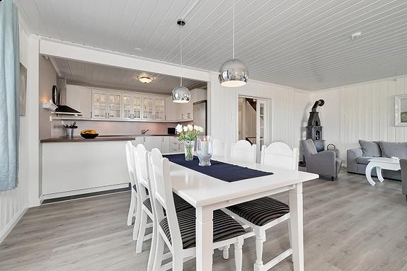 Spisestue med en naturlig plassering ved kjøkkenet
