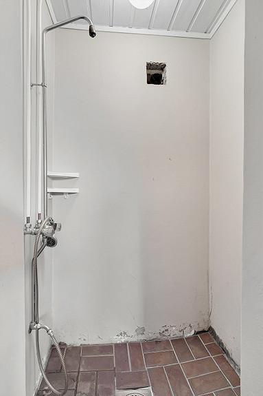 Underetasje - Dusjrom i tilknytning til badstue og et tidligere vaskerom