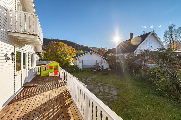 Solrik veranda og stor hage
