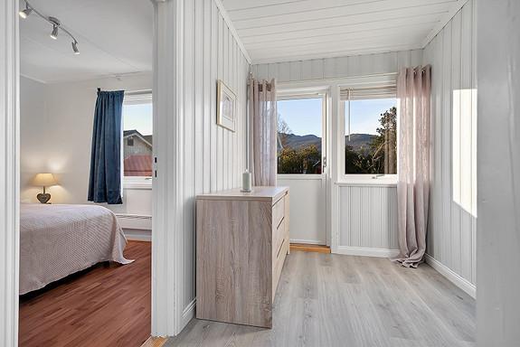 Hall med adkomst til 2 soverom samt bad og loft/kjeller