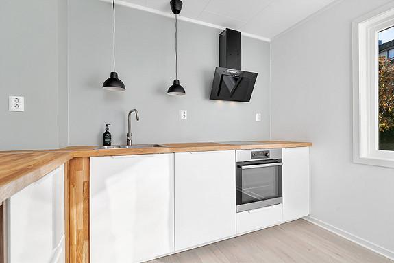 Pent kjøkken med integrerte hvitevarer