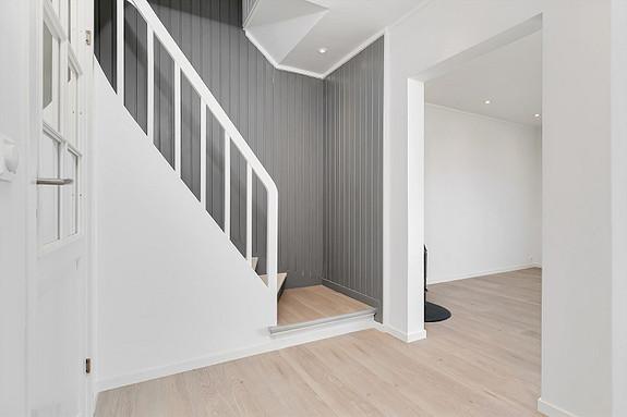 Hall med trapp opp til 2. etasje