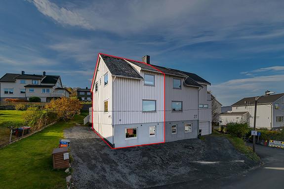 Vertikaldelt bolig med parkering på eiendommen