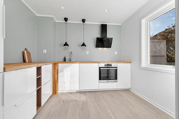 Oppusset kjøkken med innredning fra september 2021