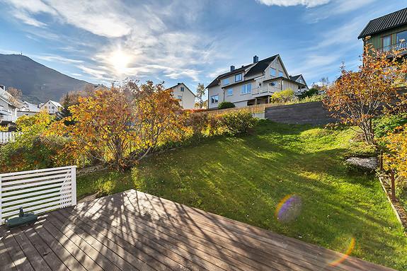 Solrik terrasse og koselig hage!