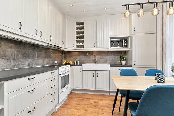 Kjøkkeninnredning med profilerte fronter