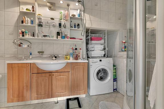 Bad med fliser på gulv/vegg, varmekabel i gulv