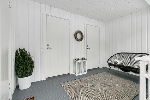 Velkommen inn! Direkte adkomst til vaskerom og disponibelt rom/bod utendørs