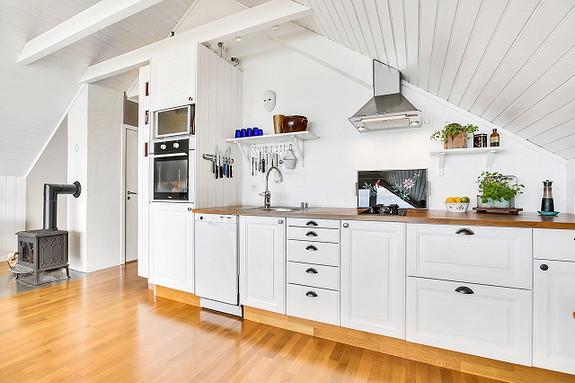 Loftsetasje - Kjøkken med spisskammer