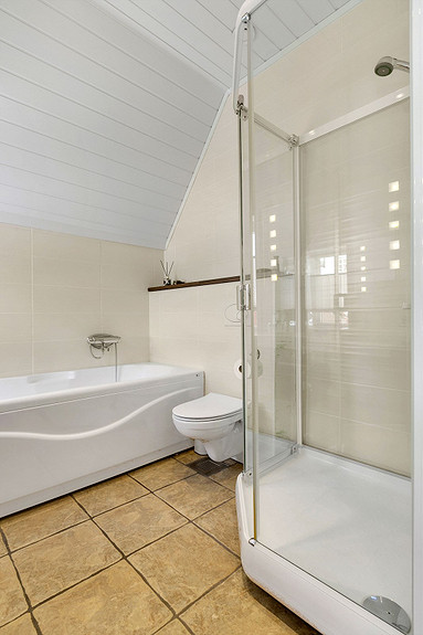 Bad med badekar og dusjkabinett