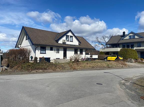 Hoveddel av enebolig. Etablert boligfelt på Bisjord. Inkl strøm, tv og int.