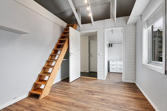 Loftsetasje - Soverom med oppgang til hems