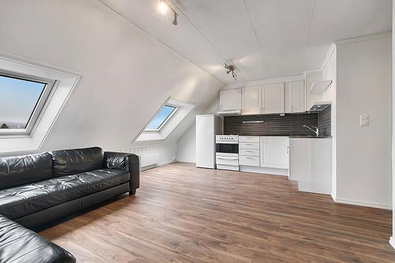 Loftsetasje - Stue med åpen kjøkkenløsning