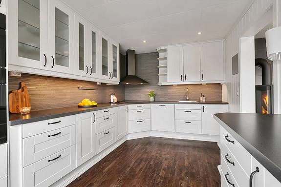Kjøkken fra 2012 med mye skapplass, integrerte hvitevarer