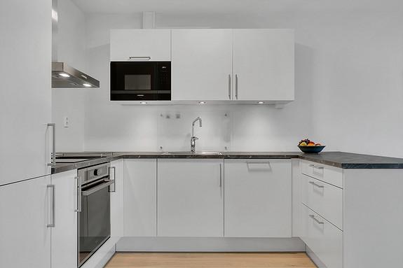 HTH kjøkkeninnredning med slette, hvite fronter