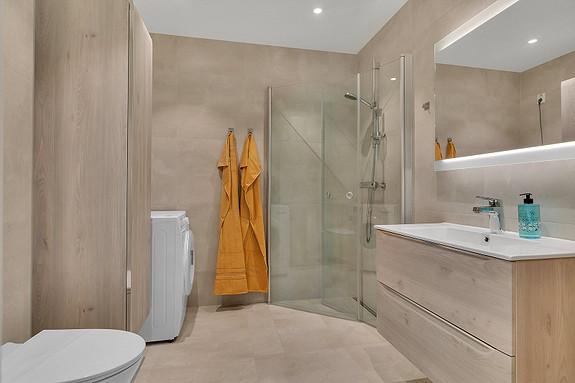 Bad med dusjhjørne og plass til vaskemaskin