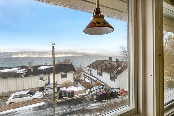 Utsikt mot sjøen fra kjøkkenvindu