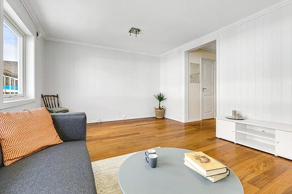 Koselig stue som har plass til spisebord