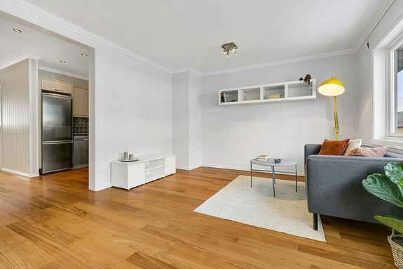 Koselig stue som har plass til sofa og spisegruppe