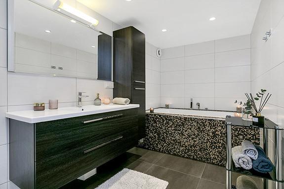 2etg - Romslig og pent bad med badekar