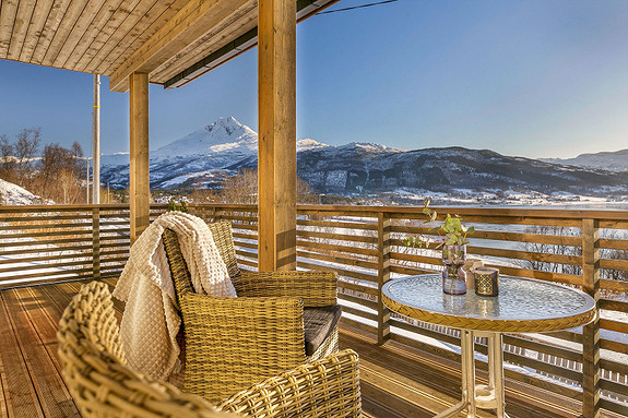 Overbyd veranda i 1. etasje - Gode solforhold og flott utsikt!