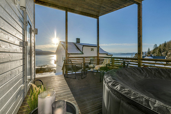 Badstuhus med overbygd terrasse med plass for spabad