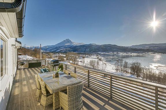 Romslig veranda, god plass for grill og møbelgrupper - Fantastisk utsikt!