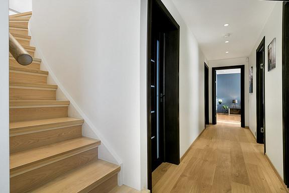1etg - Fra entré kommer du videre inn i gang som leder til trapp, 3 soverom, walk-in garderobe og bad.