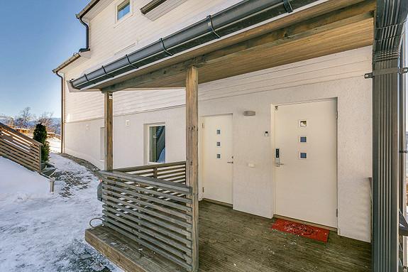 Inngangsparti - Egen inngang kjelleretasje til venstre - Velkommen inn!