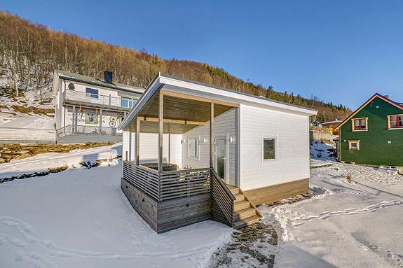 Badstuhus med overbygd terrasse
