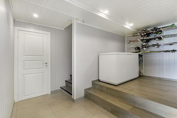 Underetasje - Gang med god plass for lagring - Bod inn dør til venstre