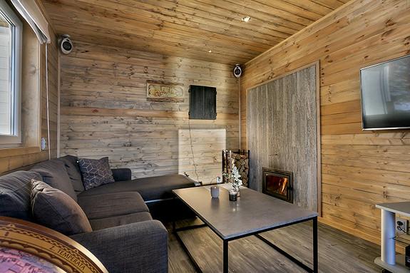 Relax-room i badstuhus med vedfyring som varmer opp badstuen